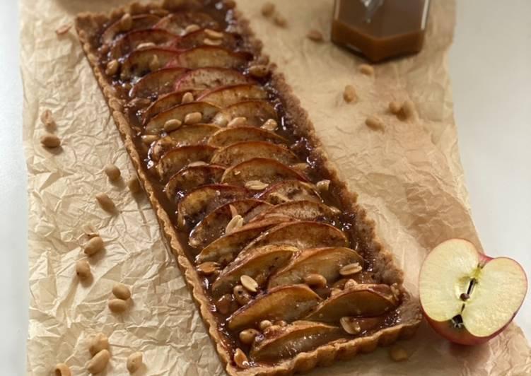 Apfel-Salzkaramell-Tarte mit Erdnüssen