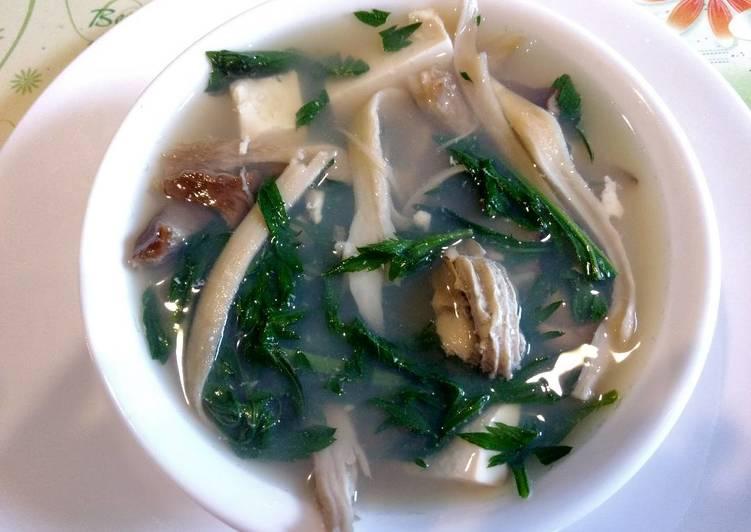 Oyster, tofu and mugwort soup 牡蛎豆腐茵陈(艾草)汤