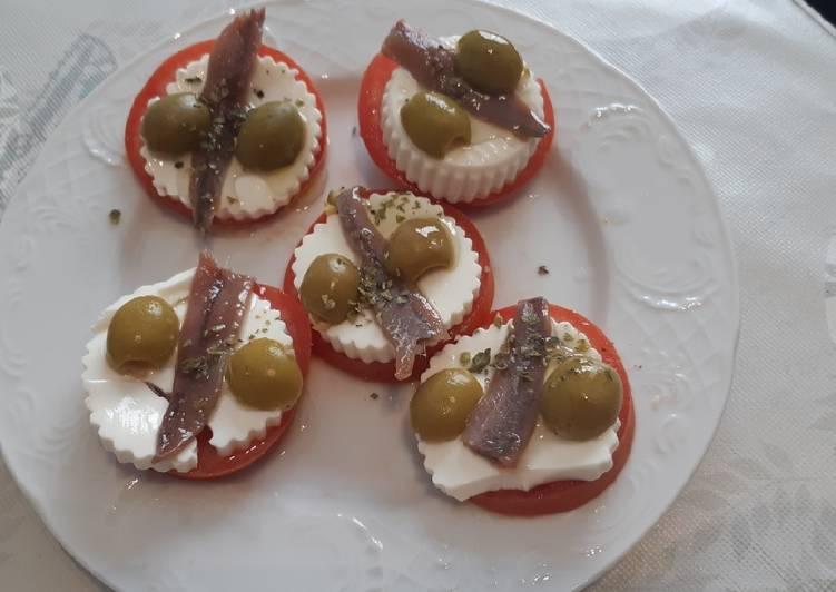 Tapa tomate queso fresco y anchoa