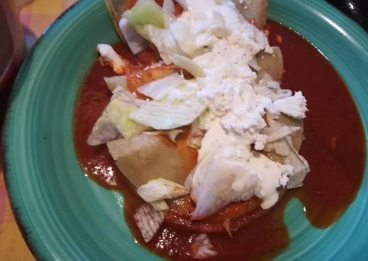 Enchiladas con frijoles en salsa de chile guajillo