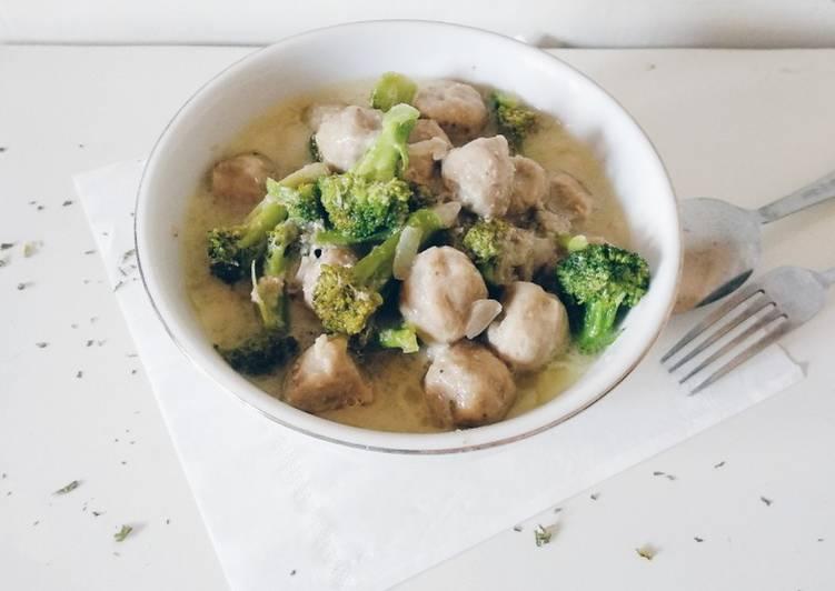 Sayur brokoli bakso kuah santan