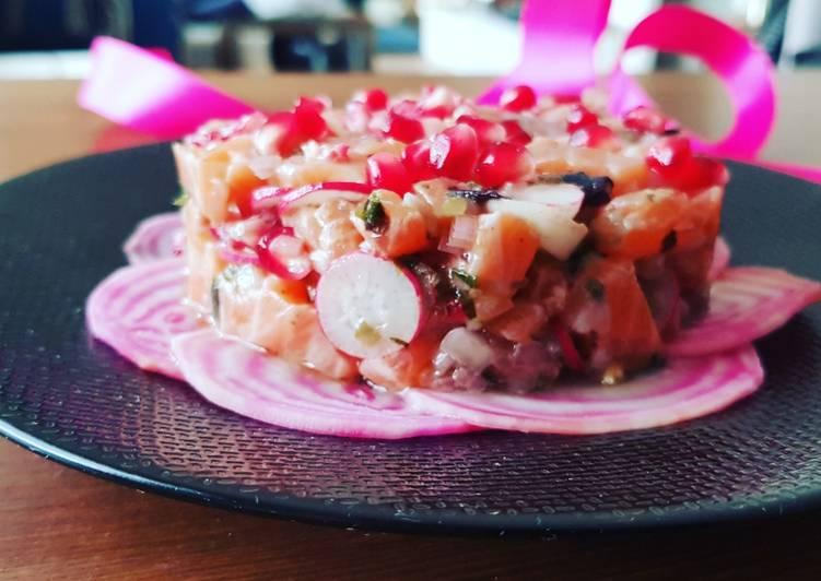 Tartare de saumon, radis roses, baies roses et grenade