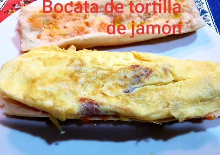 Bocata de tortilla con jamón