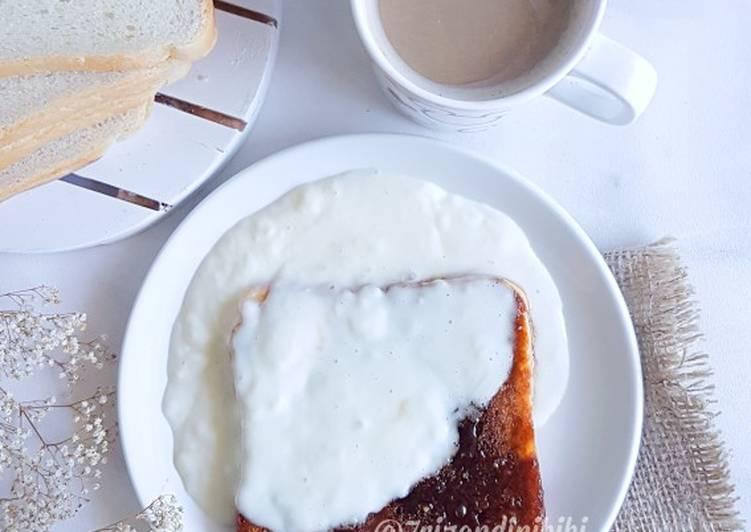 Roti panggang karamel saos susu