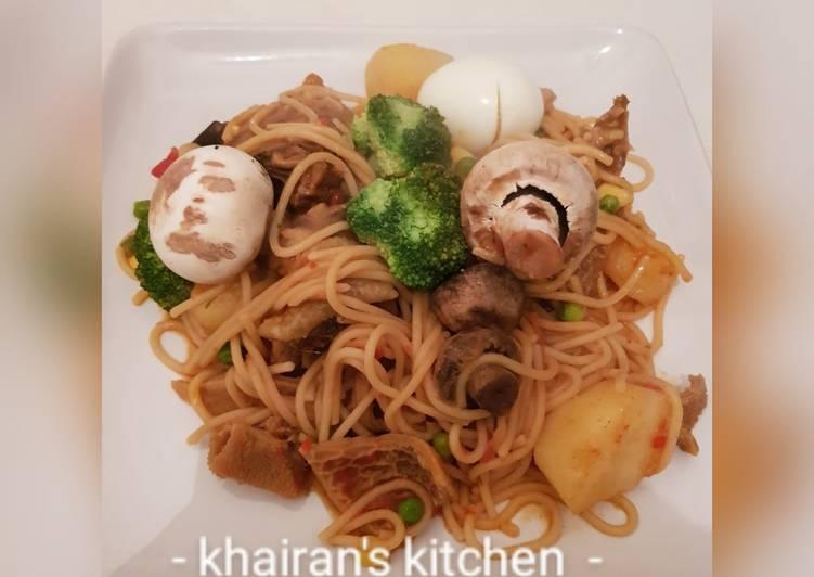 Jollof spaghetti with mushrooms and broccoli