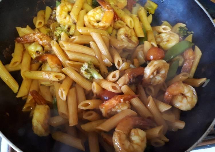Pennes aux légumes et crevettes sautées à l'ail