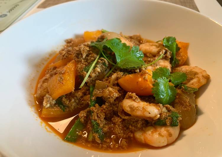 Stir-fry King prawns in curry powder & egg