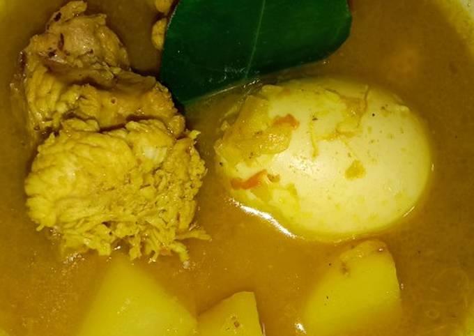 Opor ayam, kentang dan telor