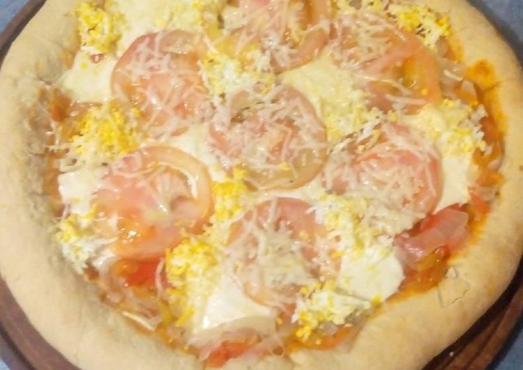 Pizza con borde relleno de cebolla, morrones agridulce y queso