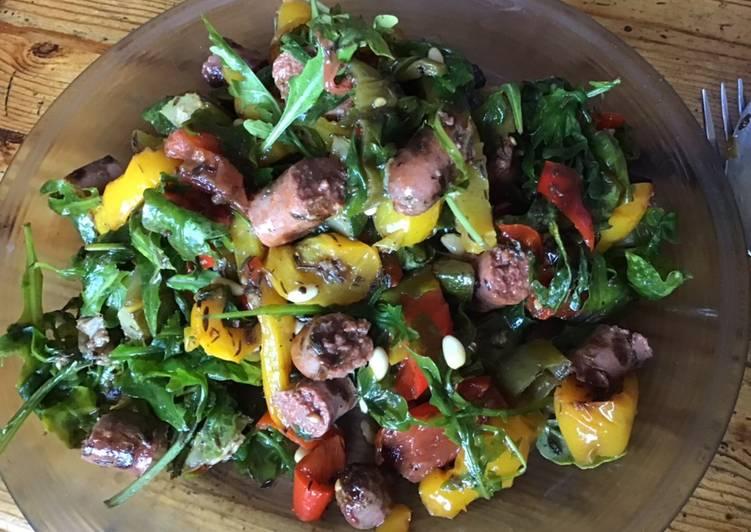Salade de poivrons courgettes et tomates aux merguez grillées