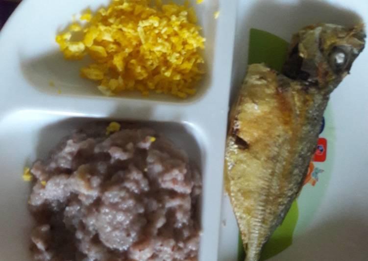 Bubur tim beras merah tomat, kuning telur dan kembung goreng Mpasi 8 bulan