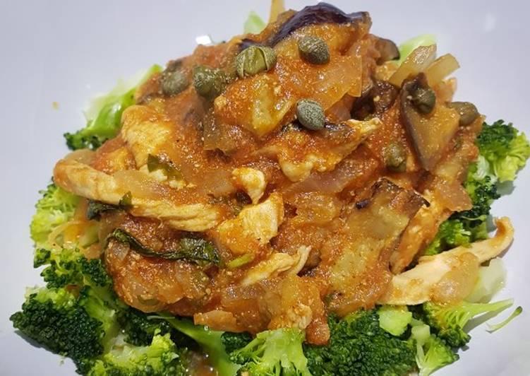 Pollo en salsa de tomate aromático con hierbas y alcaparras