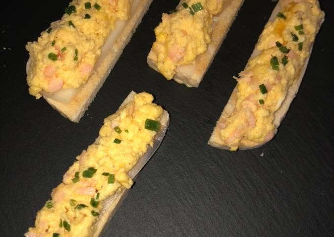 Tartine d'œufs brouiller saumon