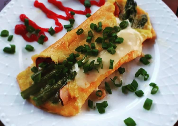 Omlet z szynką i szparagami