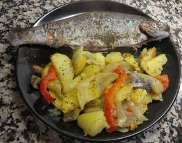 Trucha rellena de jamón con guarnición