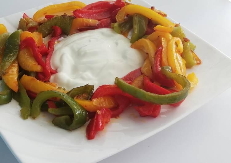 Poivrons grillés et sauce yaourt