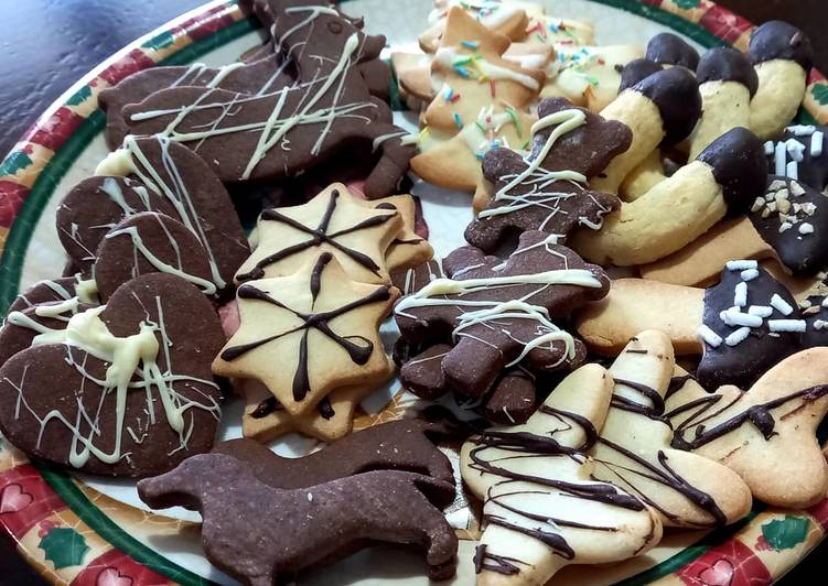 Biscotti natalizi con frolla semplice e al cacao