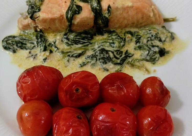 Salmón en crema de espinacas y tomatitos cherry asados