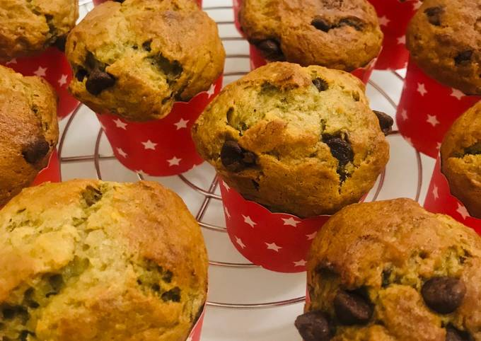 Quick & Easy Banana Chocolate Chip Muffins 🍌🍫