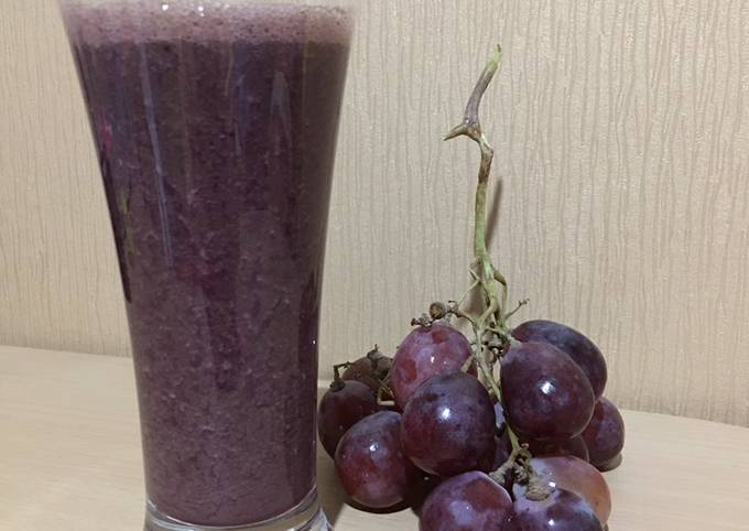 Red Spinach Grape Smoothie