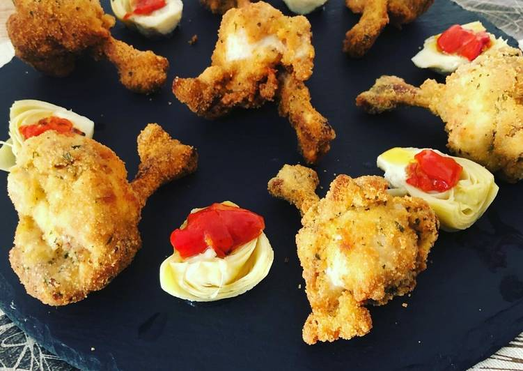 Jamoncitos de alas de pollo al limón con corazones rotos de alcachofa y pimiento asado