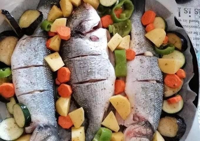 κύρια φωτογραφία συνταγής Τέλειο ψάρι ψητό στο φούρνο με λαχανικά🐟🐟🥕🥔🍆