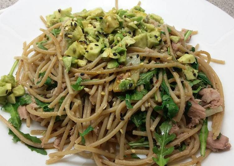 Spaghetti with tuna and avocado