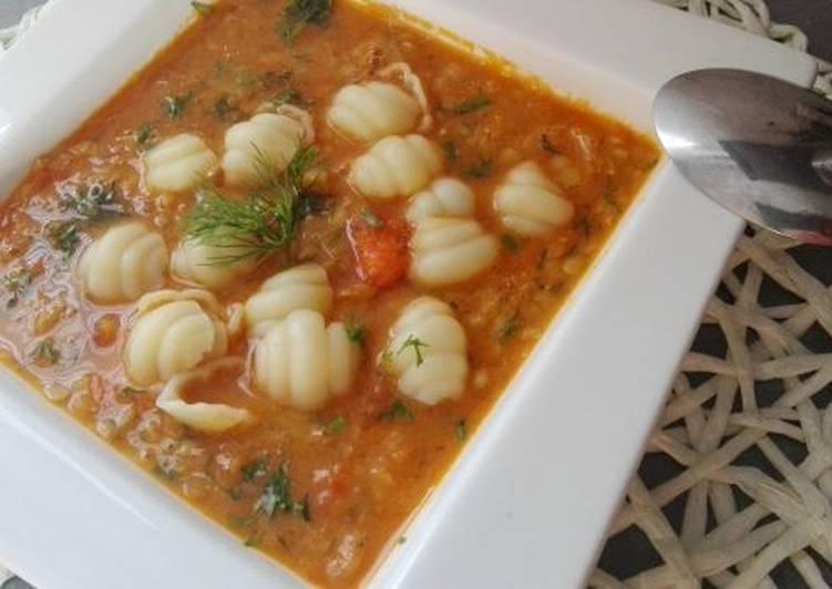 Zupa z czerwoną soczewicą z pomidorami