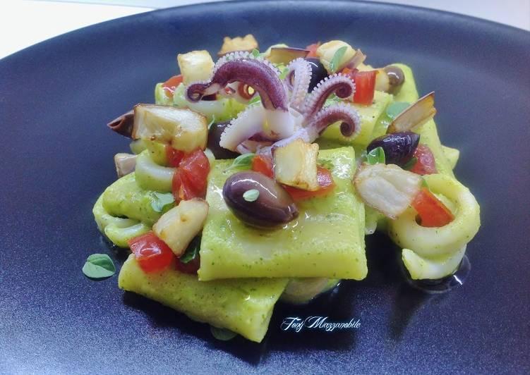 Paccheri con crema di zucchine, calamari e melanzane fritte