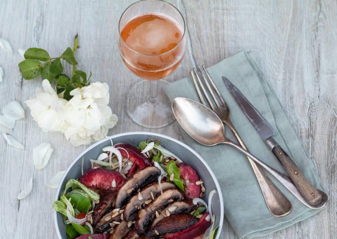 Salade de pêches de vignes aux champignons grillés