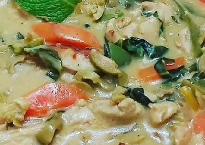 Chicken soup In creamy garlic sauce