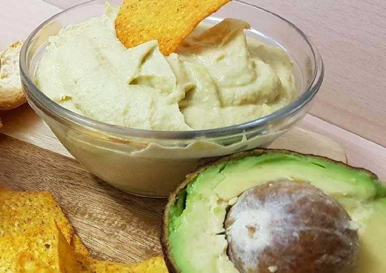 Hummus de aguacate y queso crema