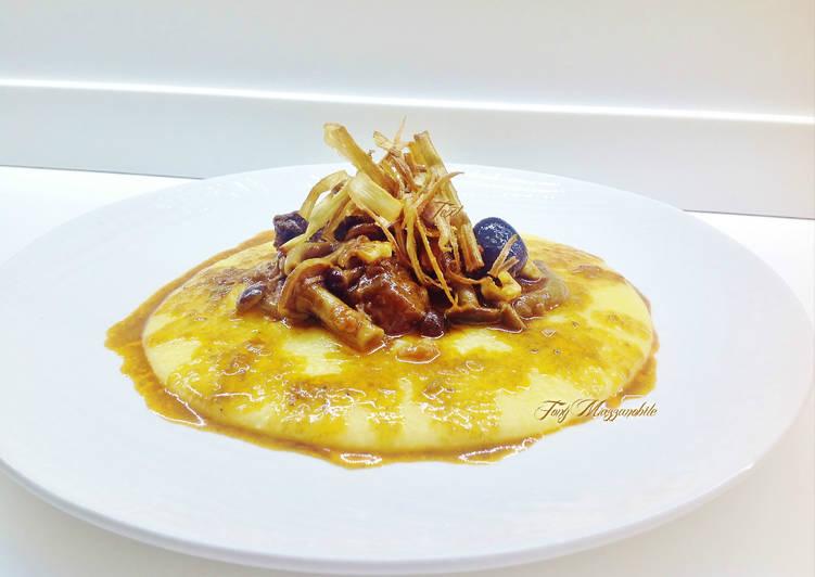 Stracotto di manzo con funghi, noci, polenta e porro fritto