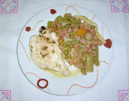 Pechuga de pollo al ajillo con menestra de verduras