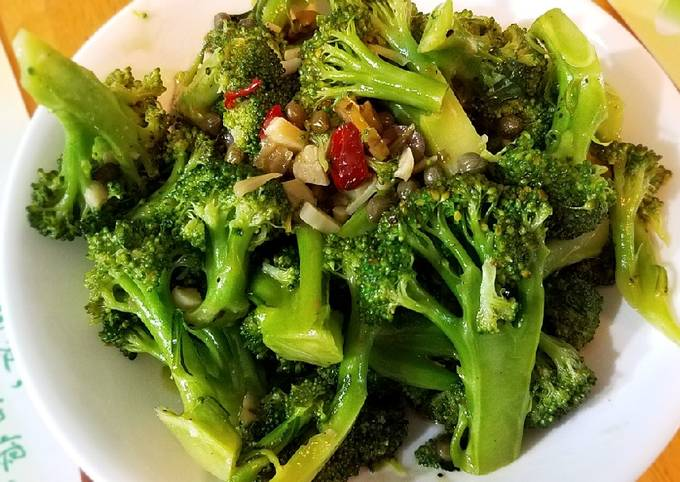 Steamed broccoli with chili and olive sauce