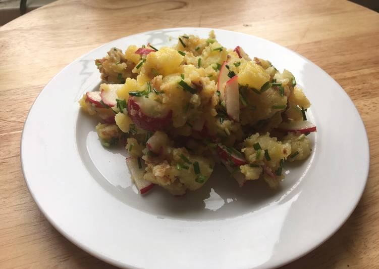 Bratkartoffelsalat mit Radieschen und Schnittlauch