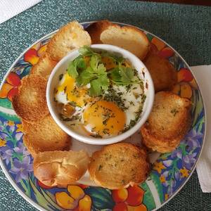 Huevos al horno con sofrito y jamón de pavo al horno