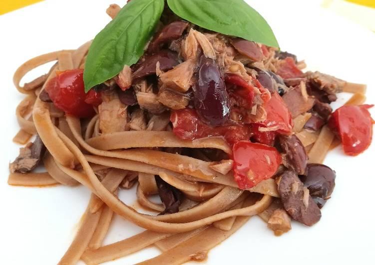 Linguine con pomodori piccadilly, tonno e olive nere