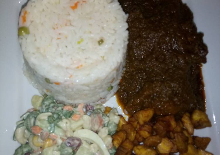 Green pepper sauce with white rice and plantain + salad