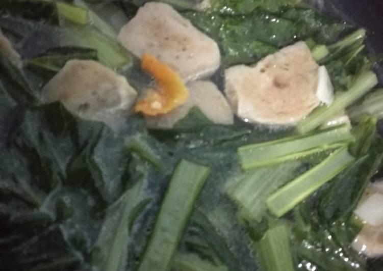 Sayur sawi hijau dengan bakso