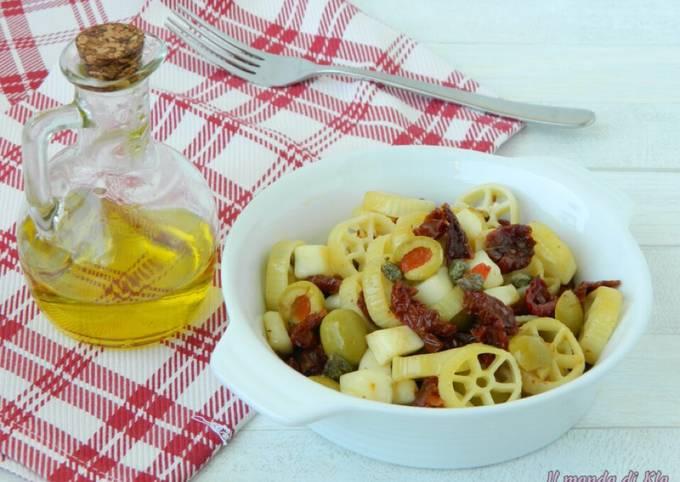 Pasta fredda con pomodori secchi e capperi