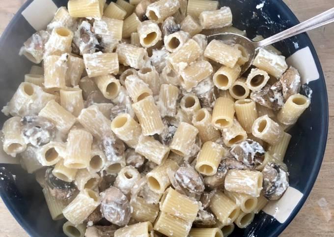 Rigatoni à la fêta rôtie et champignons