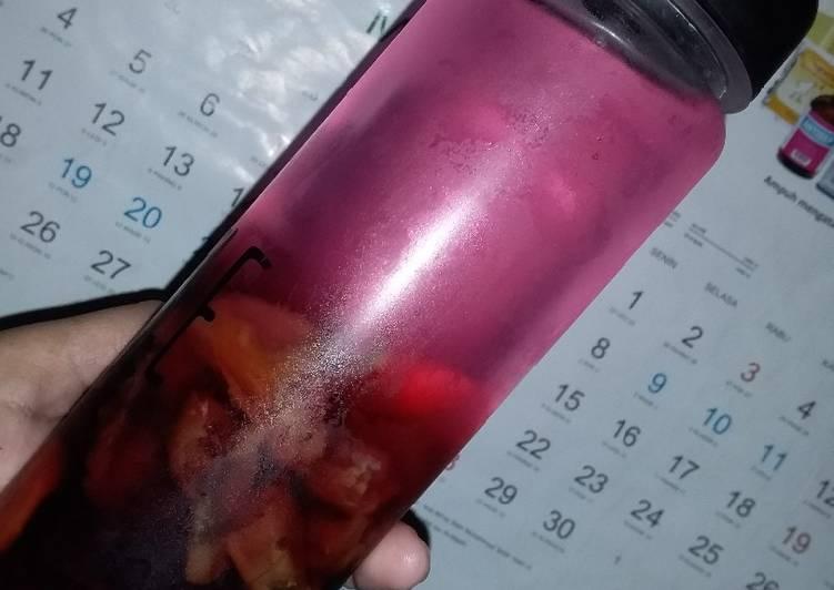 Infused water buah bit dan kurma
