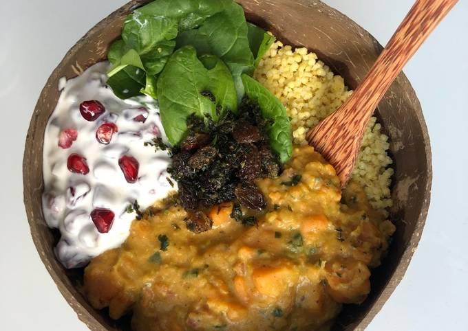 Curry de patate douce aux lentilles corail, yaourt à la grenade et chutney menthe-coriandre 🍠🥣🌱