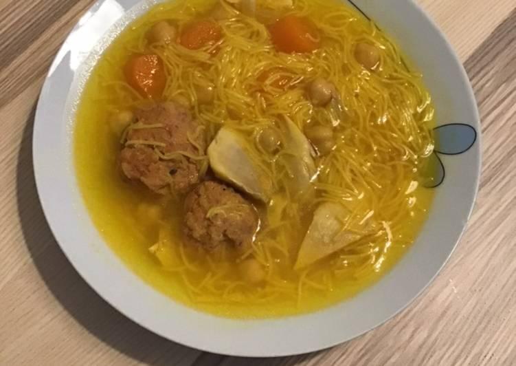 Sopa de pollo con pelotas y fideos 🐣
