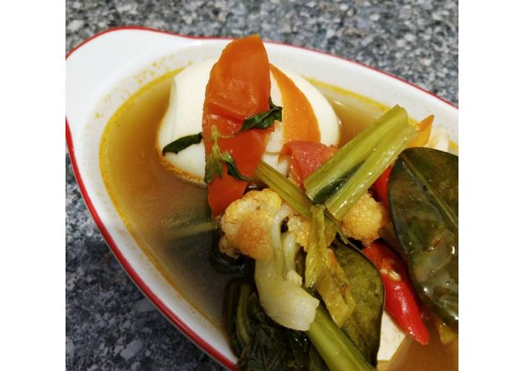 Tomyam vegetables with boiled egg