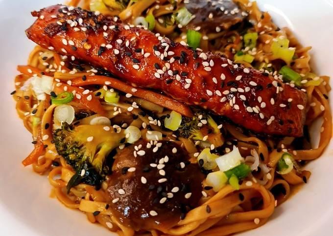 Honey Soy Glazed Salmon Udon Noodle Stir Fry 🍯🍜🐟🥦🧄🥕🧅