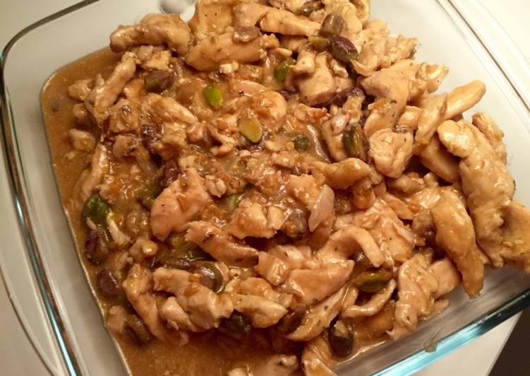 Pollo con salsa de cacahuete y pistachos