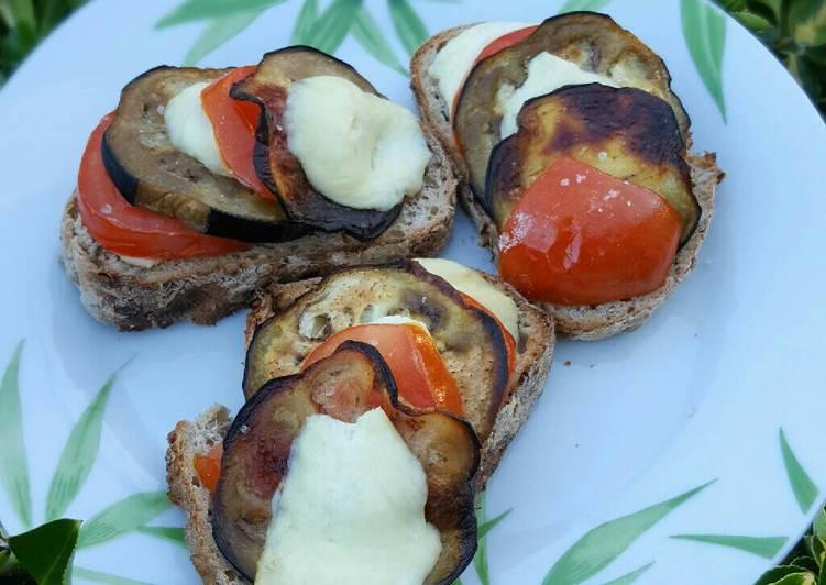La Recette Pas à Pas Tartine aubergine, tomate, fromage de brebis