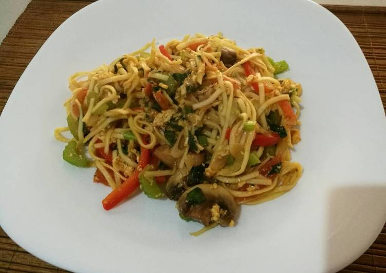 Fried noodle with egg and vegetables